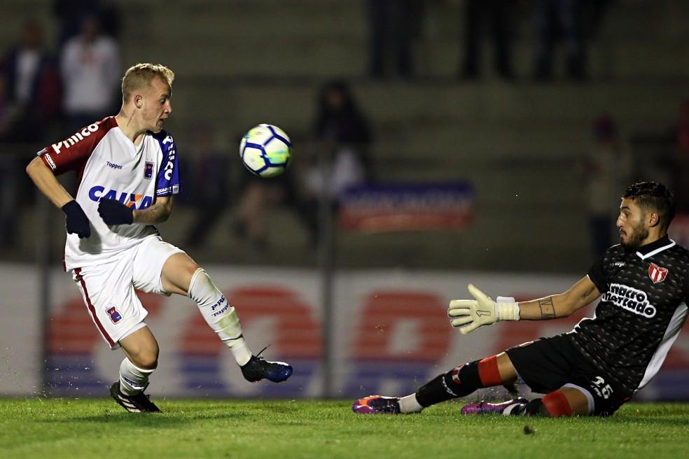 Raphael Alemão fez o primeiro gol do Paraná Clube no amistoso.  (Foto: Albari Rosa/Gazeta do Povo)
