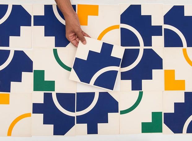 6b82c942109e4 Figuras geométricas coloridas são sua marca entre os painéis. Há centenas  de projetos com seus