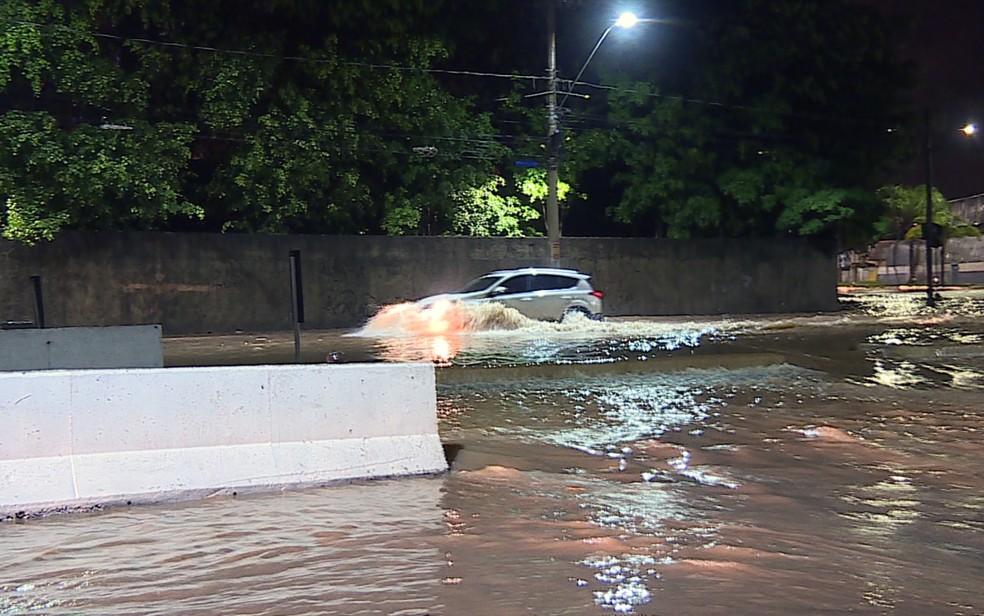 Córrego Ferrugem transborda e causa alagamentos na trincheira do bairro Cidade Industrial, em Contagem, na Grande BH (Foto: Reprodução/TV Globo)