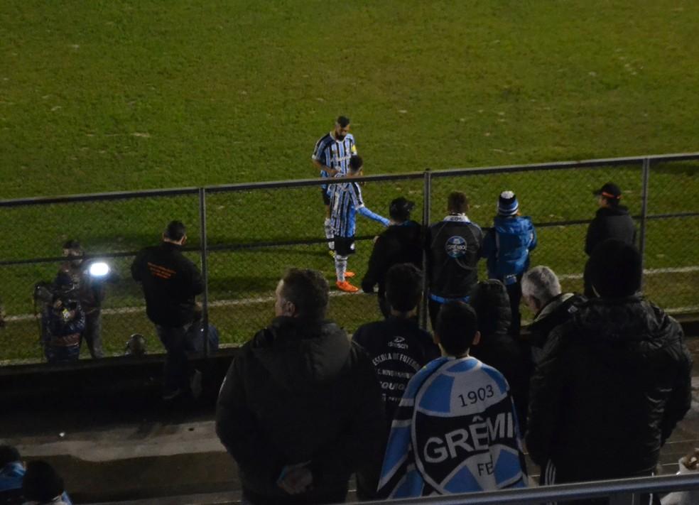 Douglas conversa com Pepê antes do jogo (Foto: Eduardo Moura)