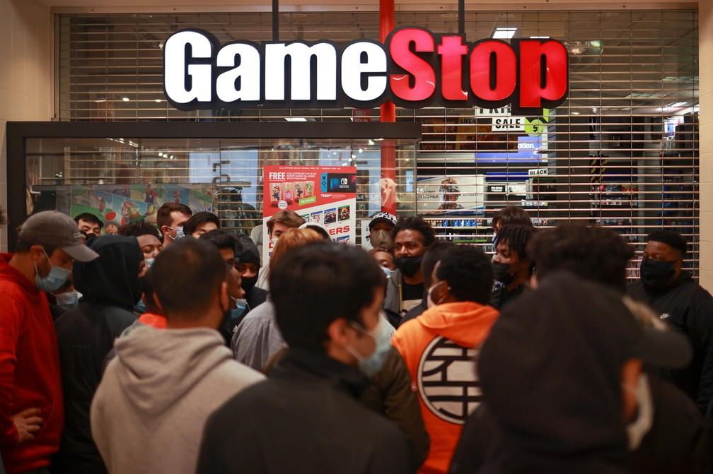 Black Friday: loja de games no Tysons Corner Center, na Virgínia, Estados Unidos, tem aglomeração de compradores nesta sexta-feira (27). — Foto: REUTERS/Hannah McKay