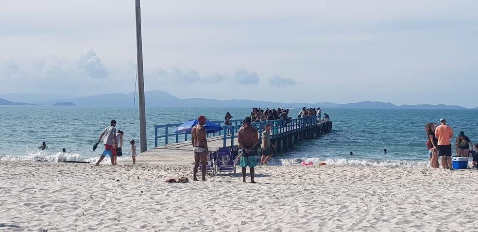 Trapiche de Canasvieiras tinha pessoas aglomeradas no domingo  — Foto: Paulo Mueller/NSC TV