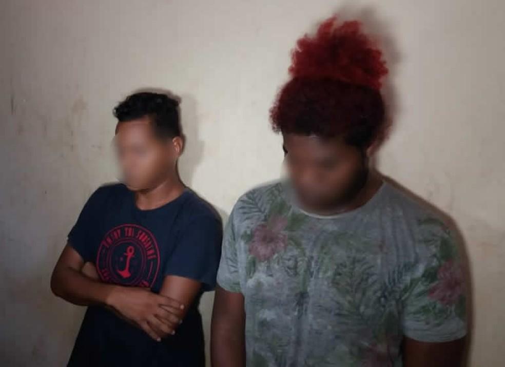 -  Dois jovens, de 21 e 22 anos, foram presos na tarde de quinta-feira  12 , após serem flagrados pela Polícia Civil manipulando drogas dentro de uma ca