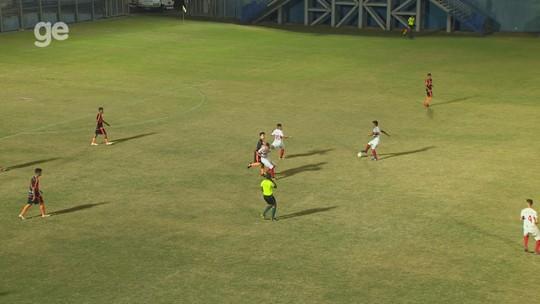 Jogador sub-19 entra no fim, soca e chuta rival, e é expulso três minutos depois; vídeo