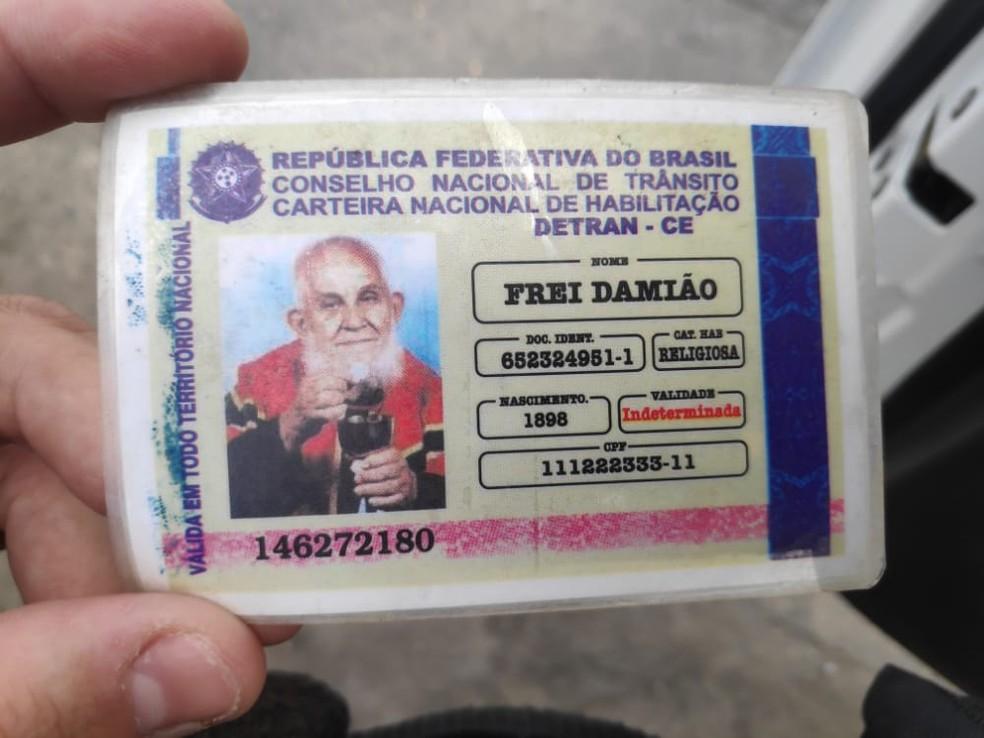 Carteira de habilitação falsa traz nome, foto e ano de nascimento de Frei Damião, além de números fictícios de RG e CPF — Foto: BPRv-AL