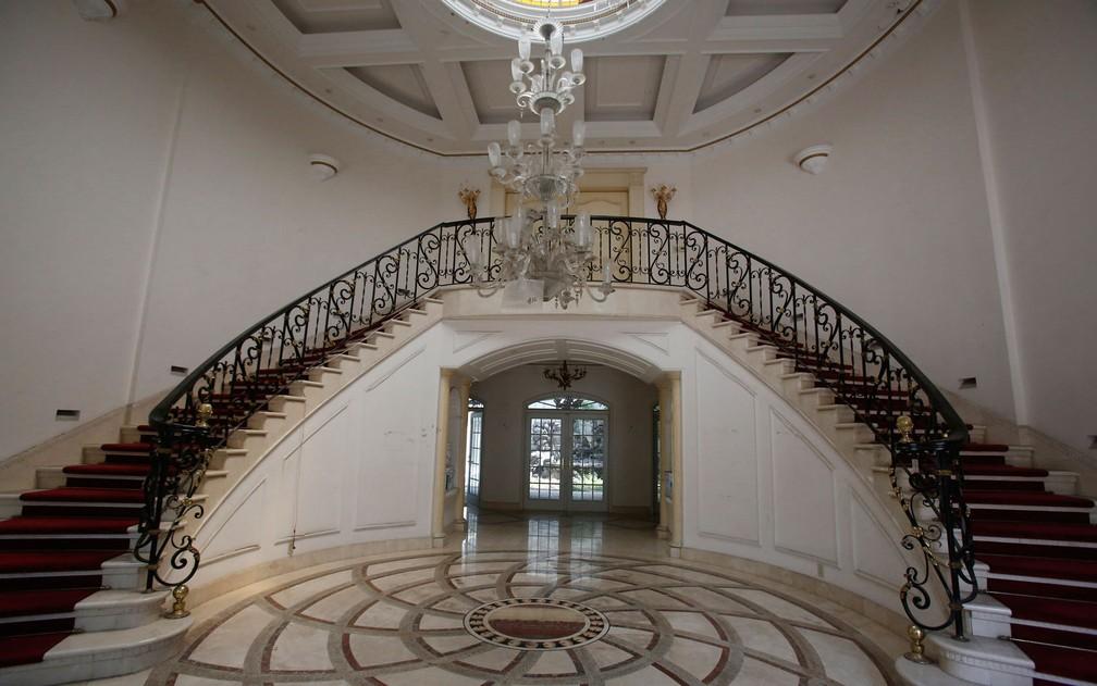 Escadarias da mansão que pertencia ao empresário de origem chinesa Zhenli Ye Gon, na Cidade do México, em foto de 30 de julho — Foto: AP Photo/Ginnette Riquelme