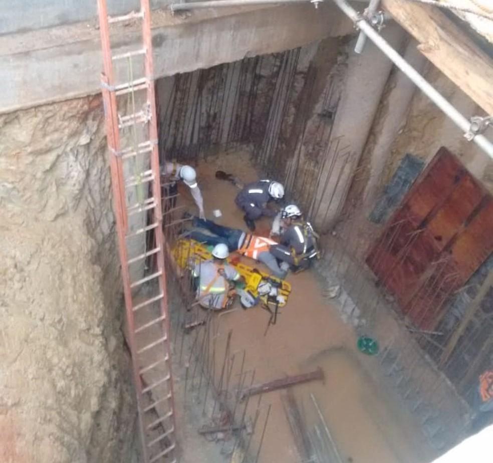 A queda aconteceu depois que o homem, que  trabalhava na construção,  se desprendeu do sistema de ancoragem — Foto: CBMBA