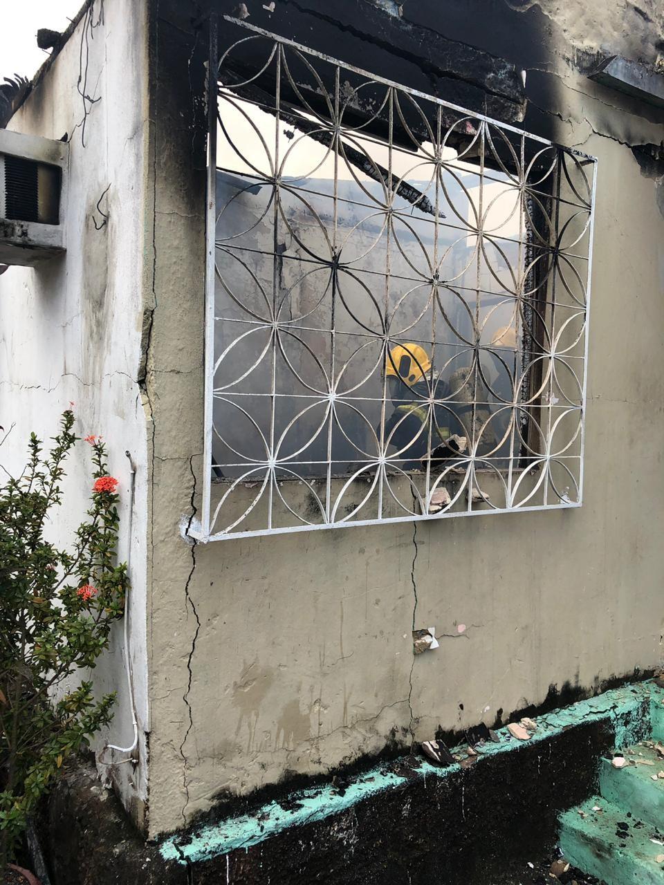 Incêndio provoca destruição em casa na Zona Centro-Sul de Manaus  - Notícias - Plantão Diário