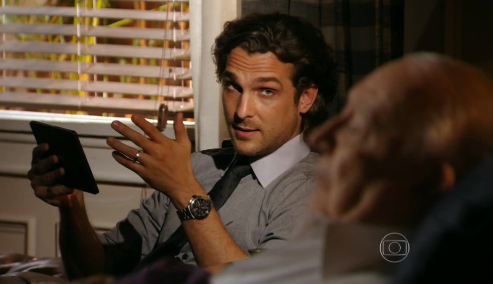 Alberto (Igor Rickli) aconselha Dionísio (Sérgio Mamberti) a reconhecer Candinho (José Loreto) como filho - 'Flor do Caribe' — Foto: Globo
