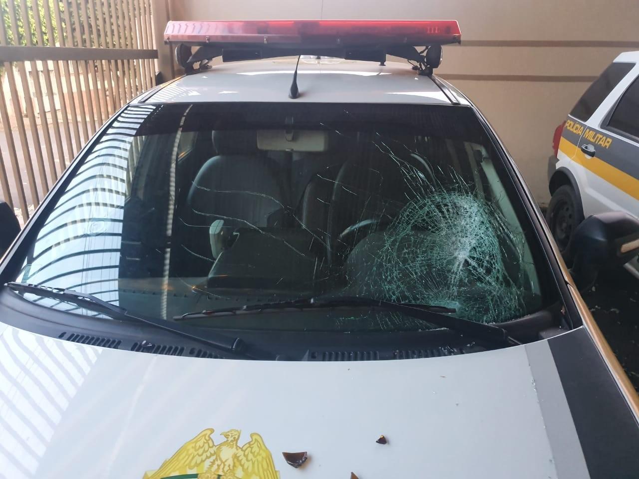 Festa em uma casa em Jacarezinho termina com mulher presa e vidro de carro da PM quebrado