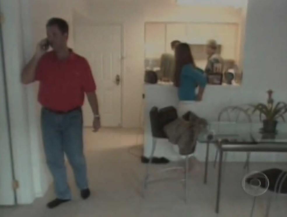 Larry em casa, nos Estados Unidos, falando ao telefone em reportagem do Globo Repórter — Foto: Reprodução/Memória Globo