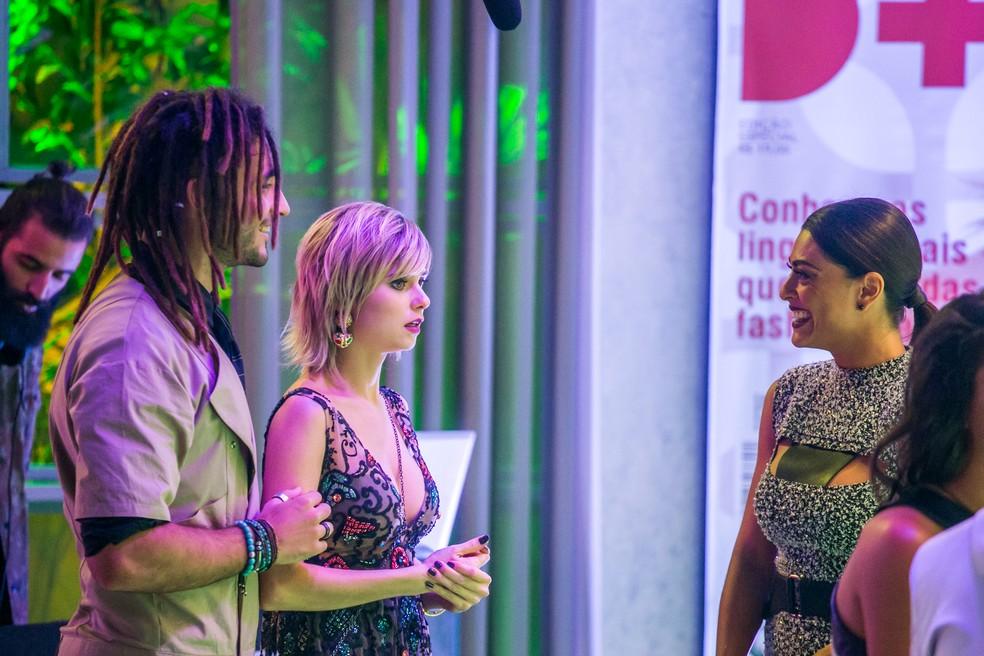 Carol curte a festa sem desconfiar que será desmascarada — Foto: TV Globo