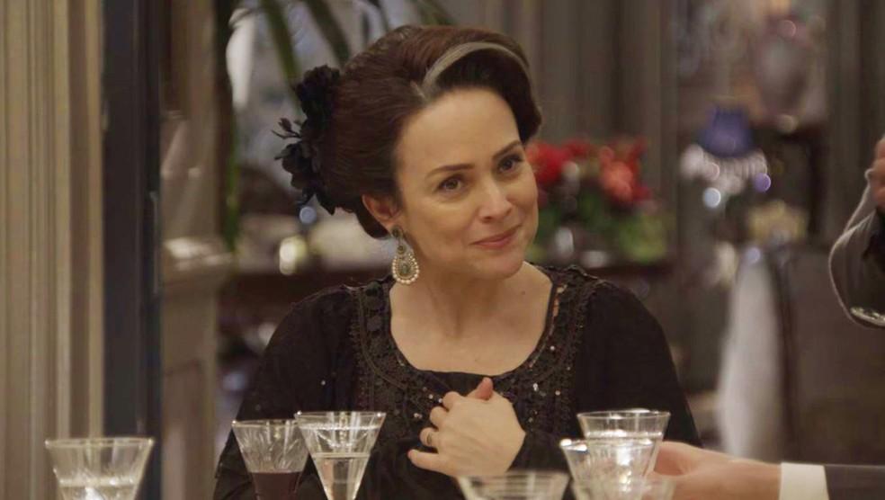 A Rainha do Café parece gostar do que está vendo e ouvindo (Foto: TV Globo)