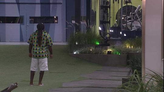 Rodrigo caminha sozinho pela área externa