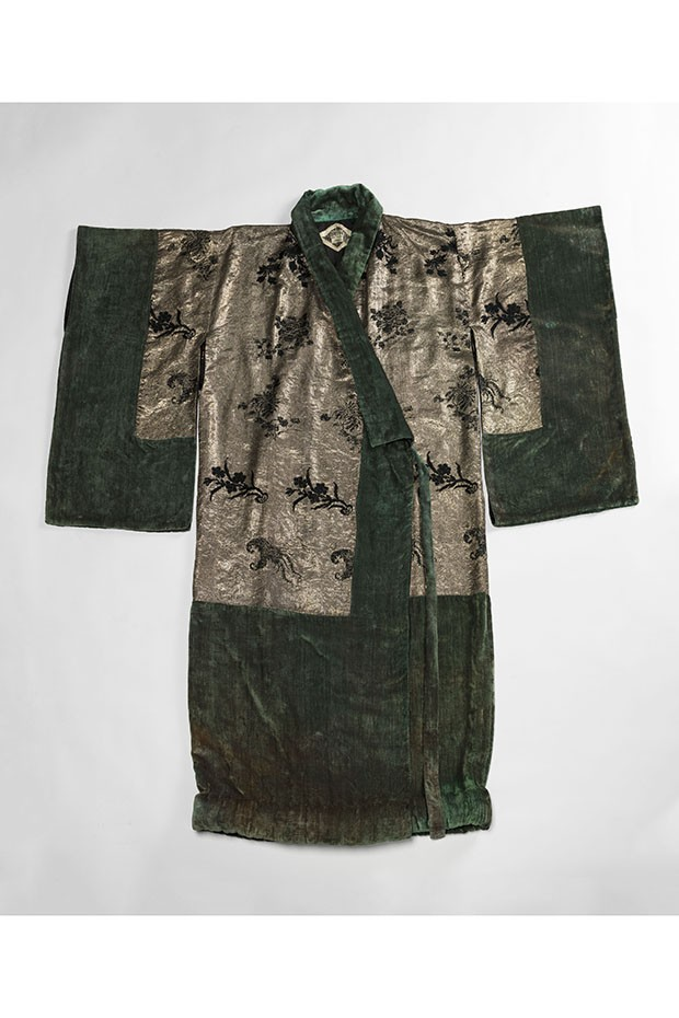 A Japanese-style velvet and silk evening coat by Babani, c. 1920 (Foto: © R. Briant and P. Ladet/Galliera/Roger-Viollet)