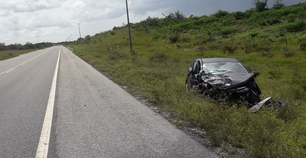 Segundo a PRF, esse carro veio na contra mão e se chocou com o veículo de Monica (Foto: Divulgação/PRF)