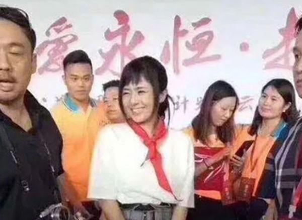Ex-atriz pornô japonesa Sora Aoi revoltou chineses por usar lenço vermelho, símbolo comunista (Foto: Reprodução/YouTube)