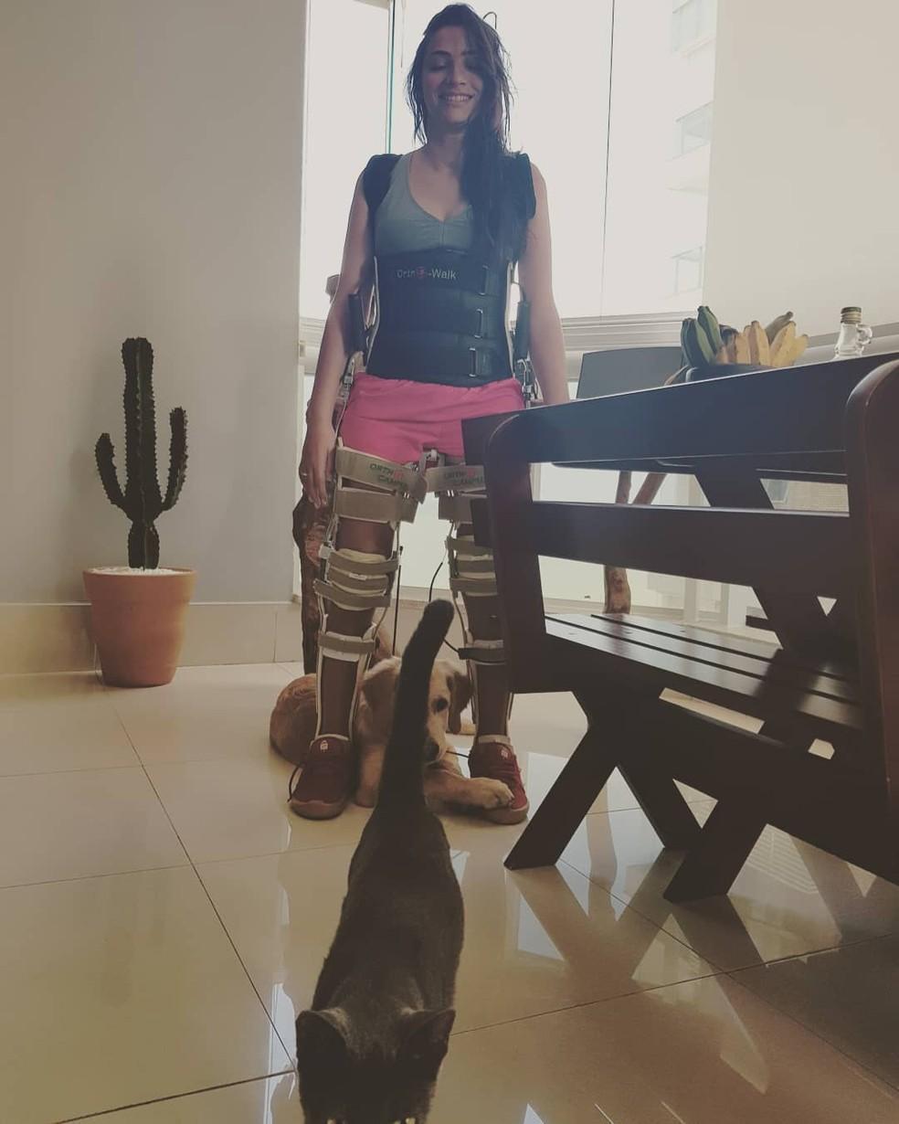 Laís Souza usando ortho walk, acompanhada do seu cão e o do seu gato — Foto: Arquivo Pessoal