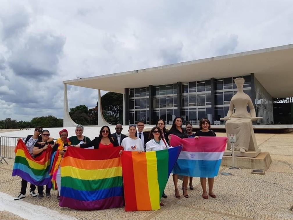 Grupos LGBTs se reuniram em frente ao STF para acompanhar julgamento de ação que criminaliza a homofobia, em fevereiro — Foto: Arquivo pessoal