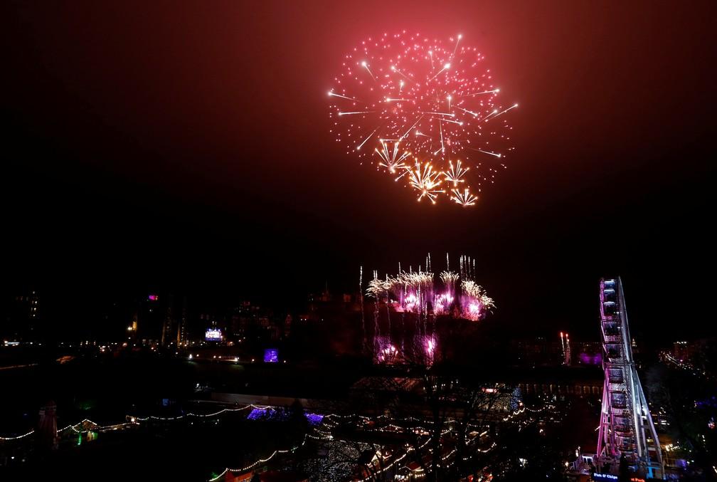 Na capital Escócia, a explosão de fogos de artifício ocorreu nos arredores no castelo de Edimburgo — Foto: Russell Cheyne/Reuters