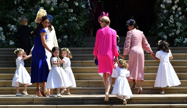 WINDSOR, UNITED KINGDOM - MAY 19:   Catherine, Duchess of Cambridge (2ndL) and Jessica Mulroney (L) hold bridesmaids hands as they arrive for the wedding ceremony of Prince Harry and US actress Meghan Markle at St George's Chapel, Windsor Castle on May 19 (Foto: Getty Images)