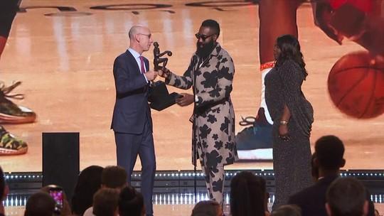 Barba, figurino ousado e homenagem a mãe: James Harden é eleito MVP da NBA