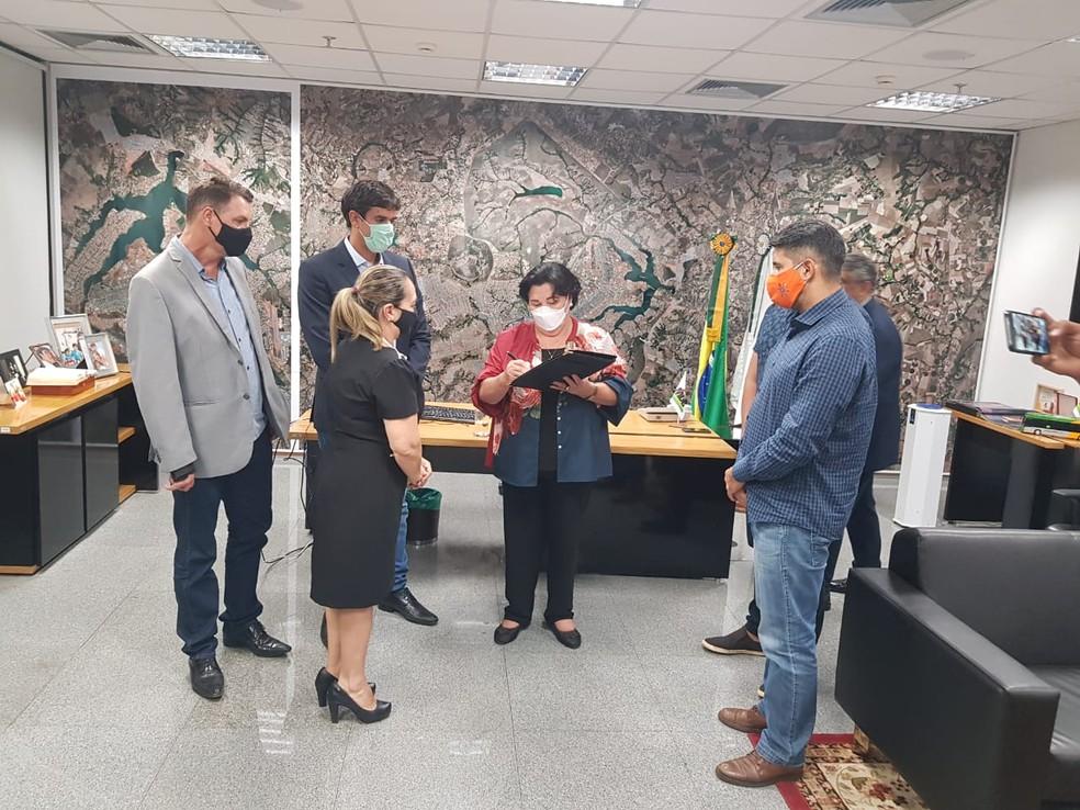 Luzia de Paula (PSB) toma posse no gabinete da presidência da CLDF — Foto: Presidência da CLDF/Divulgação