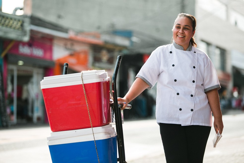 Paula Regina, dona da Família Ribeiro Delícias, acredita que o negócio vai crescer com a possibilidade aceitar vale-refeição (Foto: Marcelo Brandt/G1)