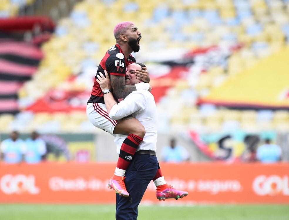 Rogério Ceni comemora gol com Gabigol — Foto: André Durão