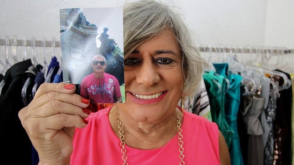 Afrodite com uma foto do período anteiror ao se assumir como crossdresser — Foto: Alair Ribeiro/BBC Brasil