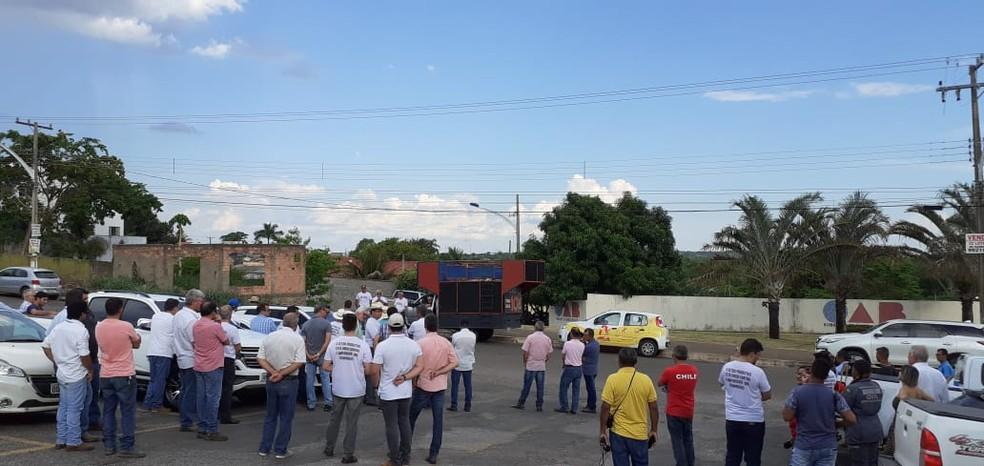 Produtores se reuniram em frente ao Fórum da cidade para cobrar segurança — Foto: Ivan Santos/CAFM