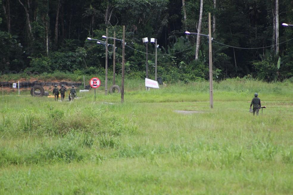 Durante esquema de segurança, membros do Exército ocuparam arredores do Presídio Federal de Porto Velho.  — Foto: Pedro Bentes/G1