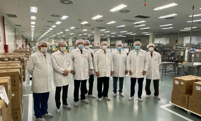 Governadores em visita à fábrica da União Química, nesta terça (2)
