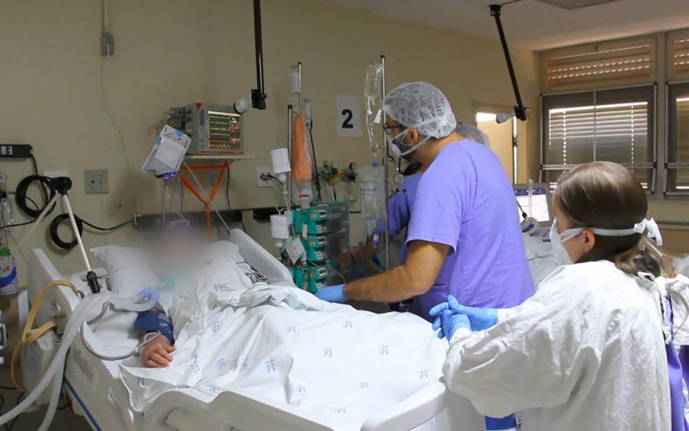 Paciente com Covid-19 é atendido em leito de UTI em hospital de Ribeirão Preto, SP — Foto: Reprodução/EPTV