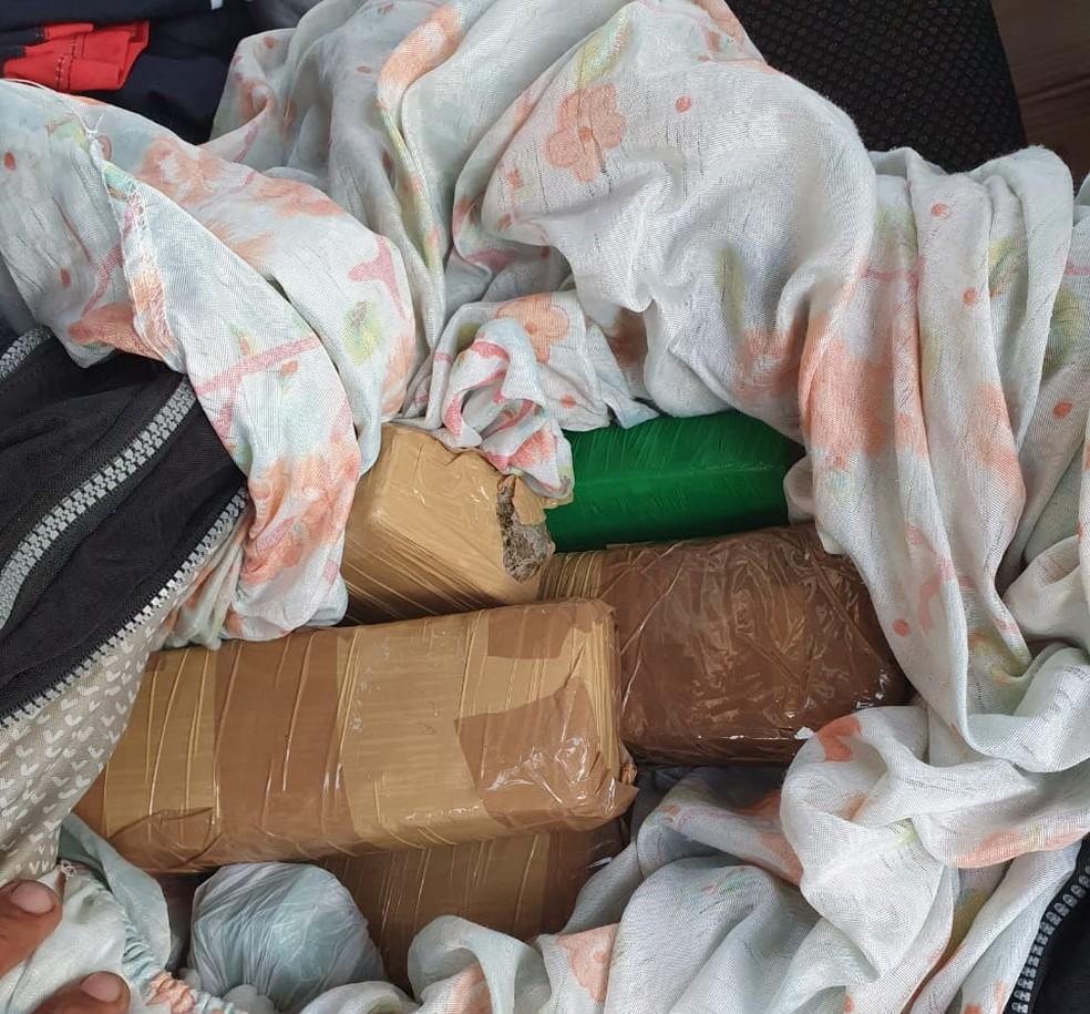 Droga estava escondida e mala de adolescente, em Rondônia — Foto: PRF/Divulgação