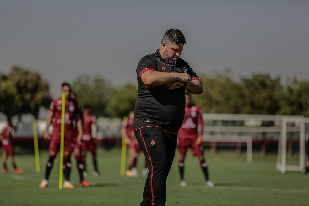 Eduardo Barroca trabalha time para jogo contra o Inter — Foto: Bruno Corsino / ACG
