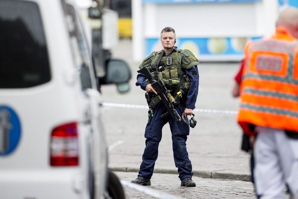 Policial reforça segurança em Turku, na Finlândia (Foto: LEHTIKUVA/Roni Lehti via REUTERS)