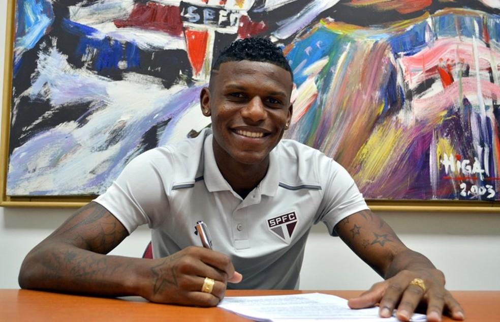 Arboleda na assinatura da prorrogação de contrato com o São Paulo (Foto: Érico Leonan/saopaulofc.net)