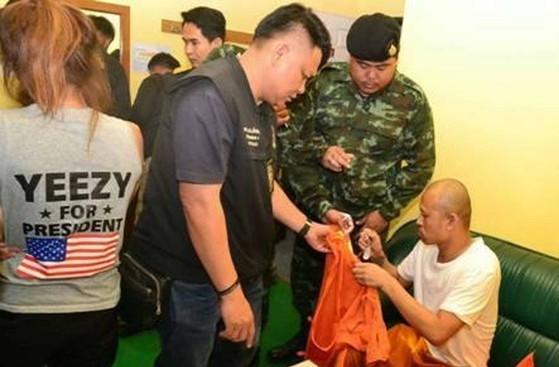 A acompanhante (de costas) confessou ter ido ao motel para fazer sexo e consumir drogas com o monge
