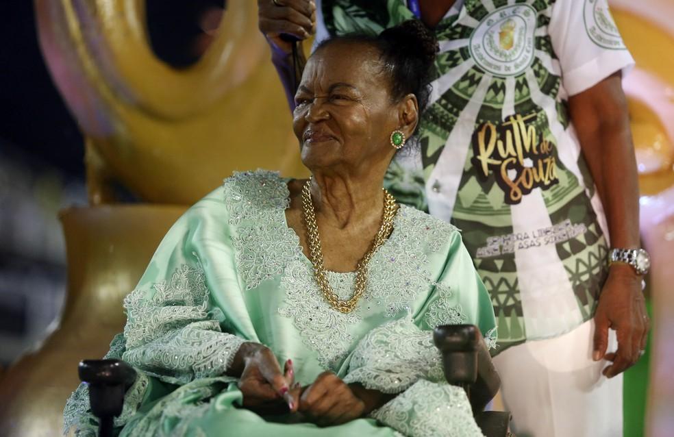 Ruth de Souza emocionada durante homenagem no desfile da Acadêmicos de Santa Cruz, no carnaval de 2019, no Rio — Foto: Marcos Serra Lima/G1
