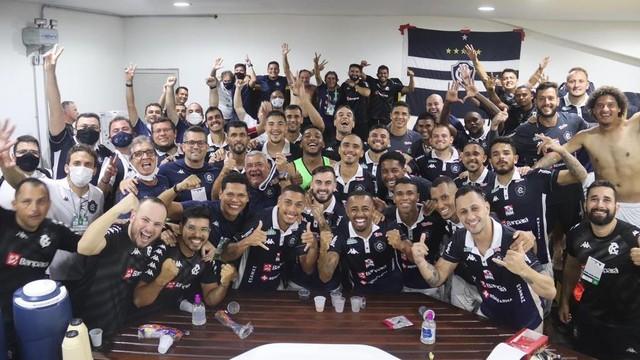 Delegação do Remo comemora a vitória no vestiário do Mangueirão