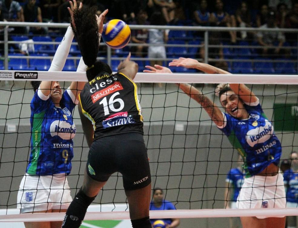 Praia Clube venceu o Minas no tie-break — Foto: Poliana Serra/FMV