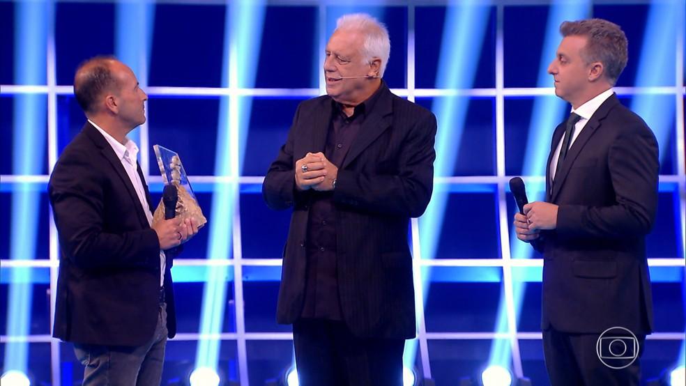 Antonio Fagundes entregou prêmio a Valdeci no palco do Especial Inspiração — Foto: TV GLOBO