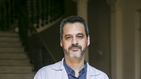 Bruno Garcia reflete sobre sexualidade de Décio e comenta cena de beijo em 'Sob Pressão'