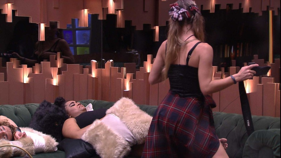 Paula sensualiza bem próxima à Rízia na sala da casa do BBB — Foto: TV Globo