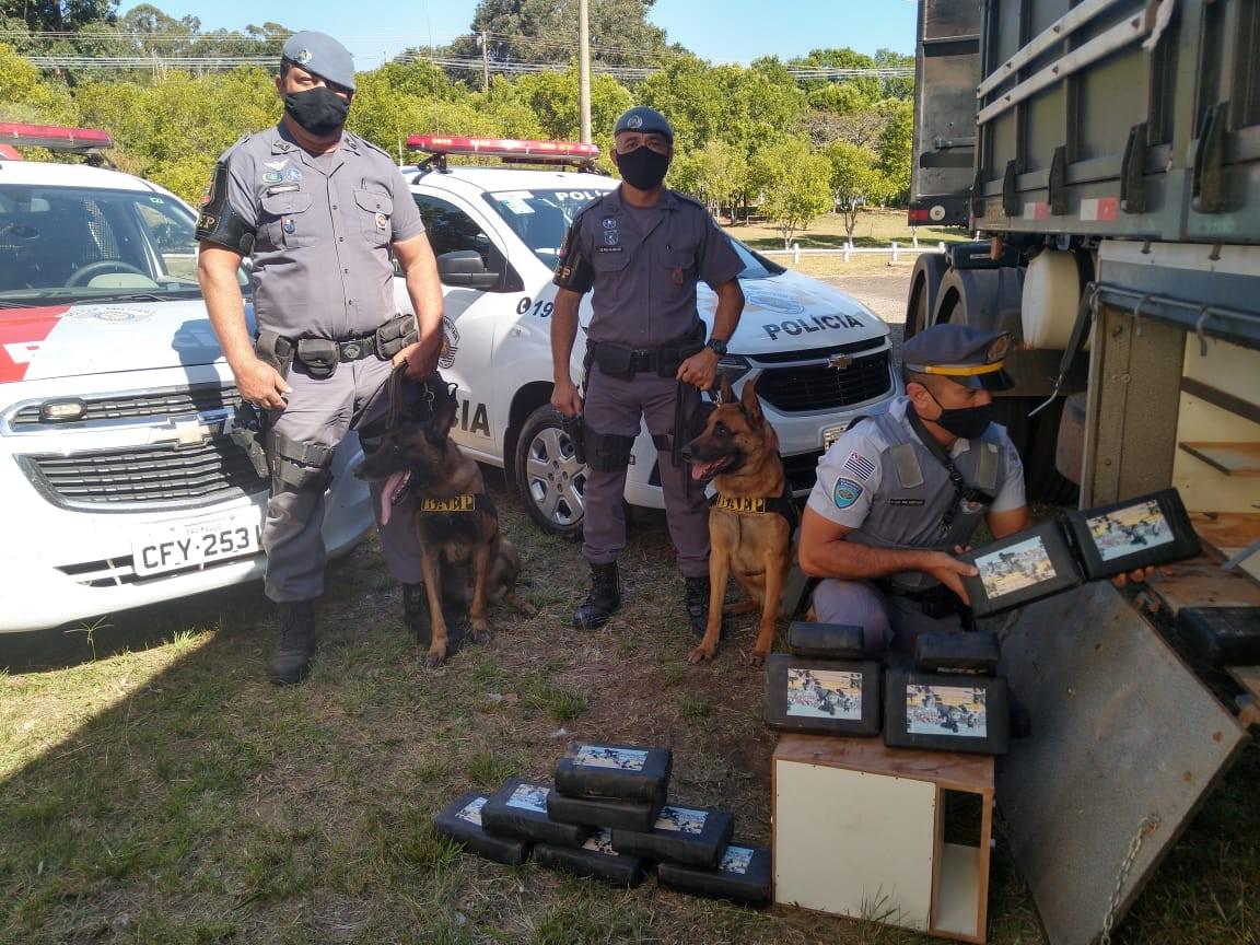 Polícia apreende cocaína escondida em fundo falso de caminhão em rodovia em Cândido Mota