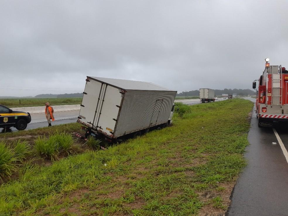 Acidente entre caminhão e moto ocorreu no Km 13,8 da BR-101, no sentido João Pessoa da rodovia — Foto: Polícia Rodoviária Federal/Divulgação