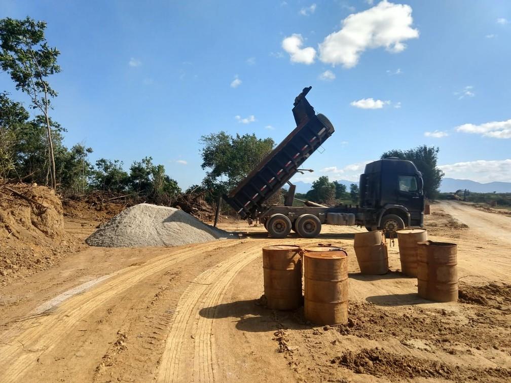 Grupo fazia extração ilegal de areia em Seropédica (Foto: Polícia Civil/ Divulgação)