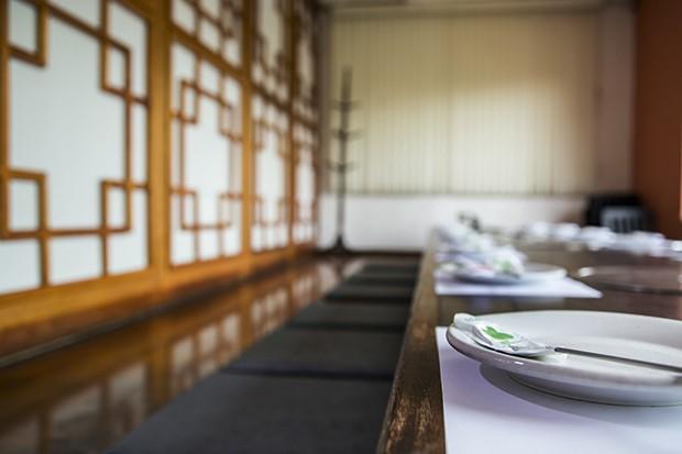 Mesa do Bicol, onde é feita a finalização do Dorsot: no bowl de pedra estalando de quente, misturam-se todos os ingredientes com gochujang (pasta de pimenta). (Foto: Rogério Voltan)