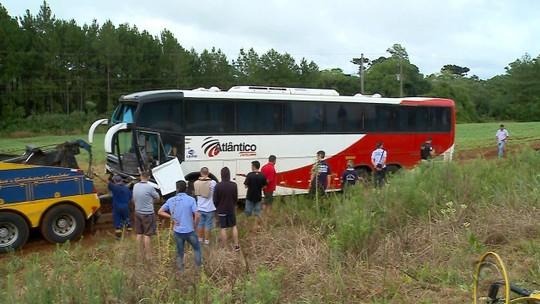 Quatro pessoas morrem em acidente entre carro e ônibus na BR-386 em Carazinho